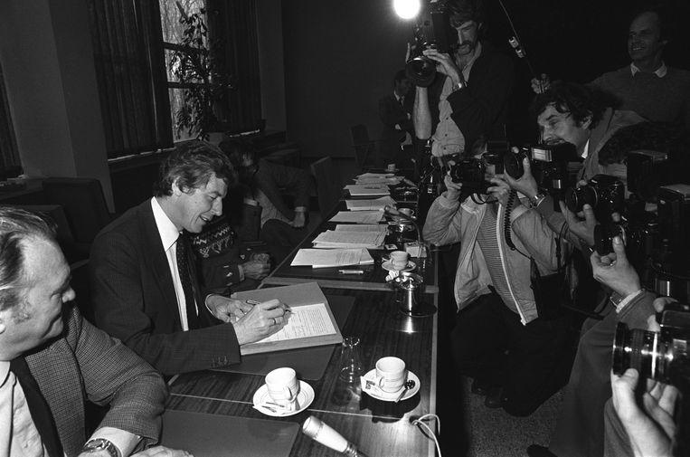 Wim Kok tekent namens de vakbond FNV in 1982 het Akkoord van Wassenaar, de geboorte van het 'poldermodel'.  Beeld Hollandse Hoogte /  ANP