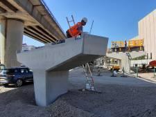 Het lijkt wel kunst: bouwvakkers fabriceren een robuuste afrit voor de bus bij Zuidplein