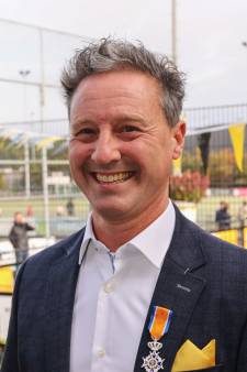 Niels van de Wiel met lintje verrast op hockeyfeestje in Oisterwijk