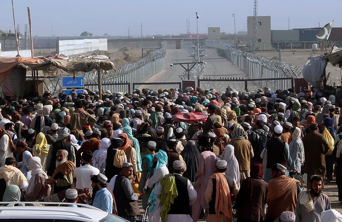 Talloze Afghanen proberen het land te ontvluchten uit vrees voor de Taliban. Sommigen stranden op de grens met Pakistan. (11/08/2021)
