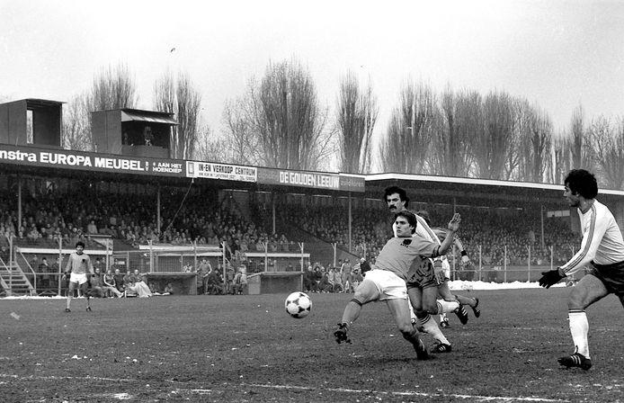 In het voormalige Oosterpark in Groningen schiet Cees Schapendonk de 2-0 binnen voor Oranje tegen Cyprus.