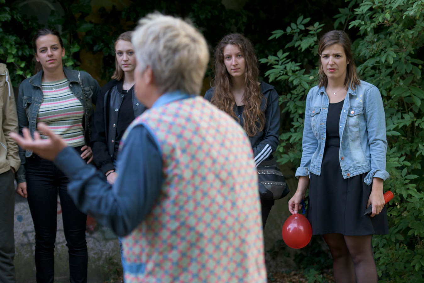 De laatste repetitie voor het afstudeerproject van Vera Boonman (met de rode ballon).