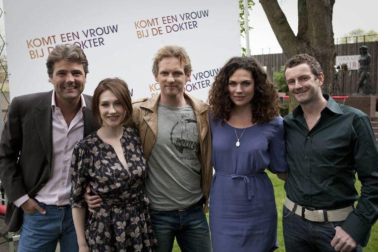 Vlnr Reinout Oerlemans, Carice van Houten, Barry Atsma, Anna Drijver en Kluun. Foto Marc Driessen Beeld