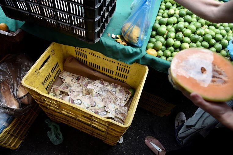 Wie wat wilde kopen in Venezuela, ook iets kleins, moest met pakken bankbiljetten aan komen zetten. Beeld Getty Images