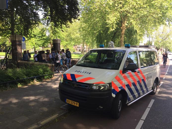 De politie heeft de scholieren weggestuurd.