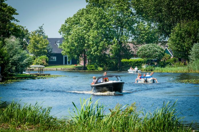 Varende bootjes op de Alblas bij Oud-Alblas.