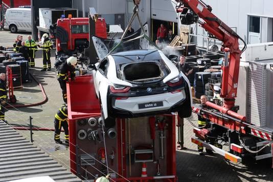 De nog rokende auto werd vorige week in een container met water gezet.