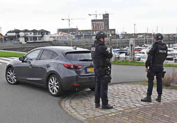 Zwaarbewapende agenten stonden bij de haven van Breskens.