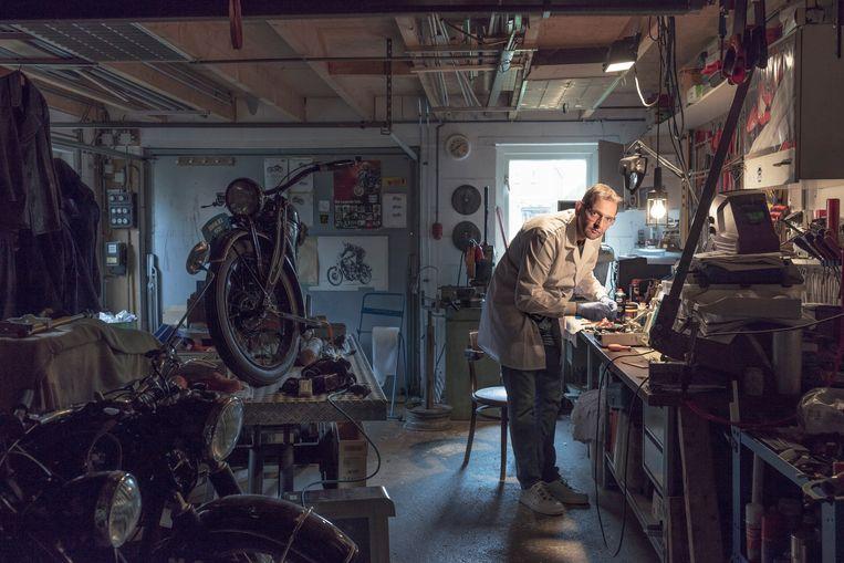 Robin Koops in de garage bij zijn huis, waar hij aan zijn apparaten werkt. Beeld Lars van den Brink