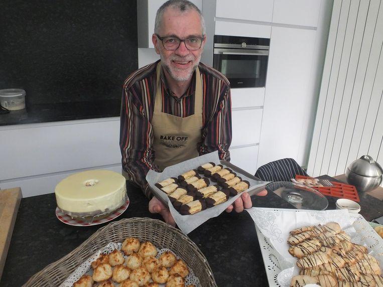 Ook gisteren was Hans druk bezig met koekjes en gebakjes te maken voor zijn supporters.