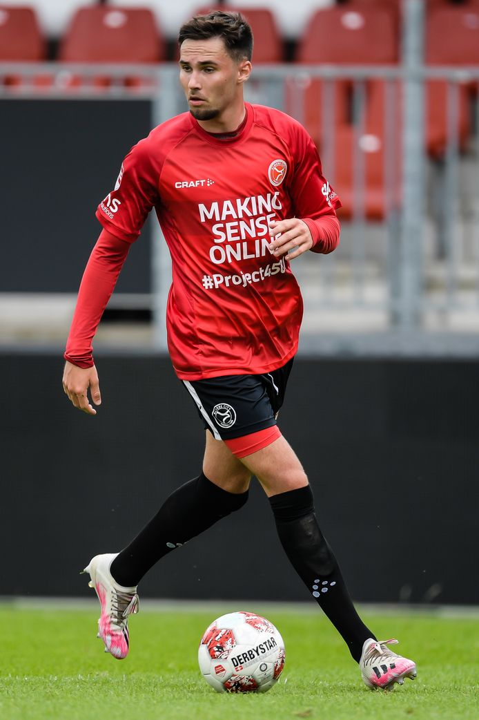 Levi Bouwense met Almere City in actie tegen Jong FC Utrecht.