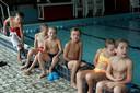 Foto ter illustratie. Kinderen zwemmen af voor diploma B.