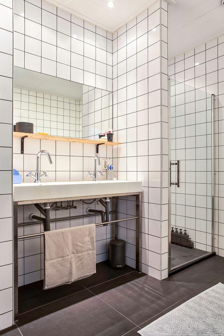 De badkamer was vroeger de warme keuken van het café.  Beeld Henny van Belkom