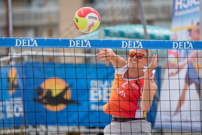 Stefan Boermans haalt uit in de finale van de DELA Eredivisie Beachvolleybal in Almelo. De inwoner van Borne wint mijn zijn partner Dirk Boehlé het toernooi.