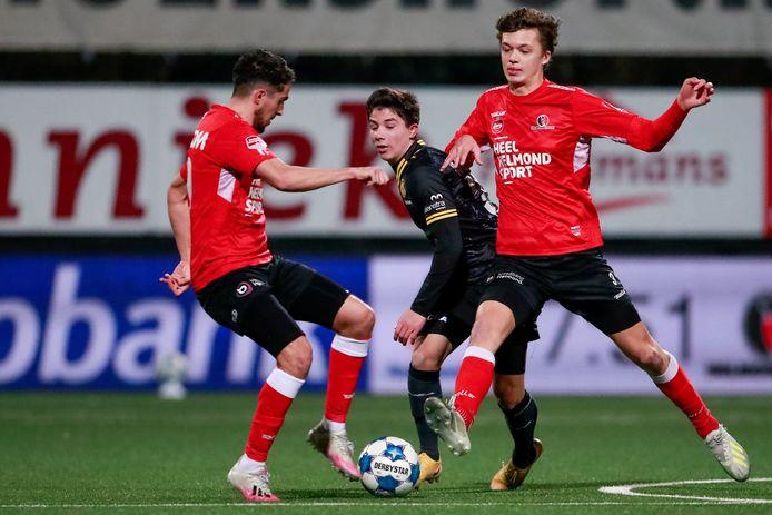 Maxime De Bie (rechts) bij Helmond Sport in duel met landgenoot Benjamin Bouchouari van Roda JC.
