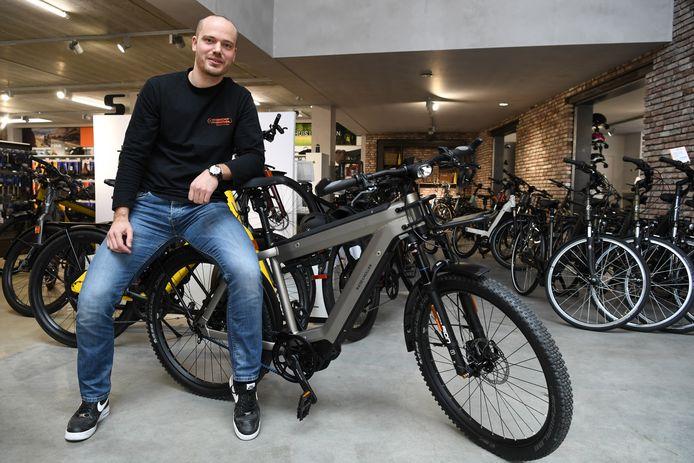 Erik van Ginhoven speelt in zijn fietsenzaak en werkplaats in op de populariteit van de elektrische fiets.