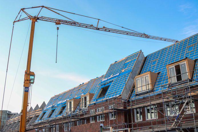 In Oostvoorne verschijnen over enige tijd hijskranen voor de bouw van 76 nieuwe woningen.