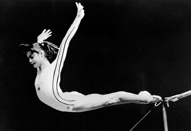 De Roemeense topturnster Nadia Comaneci in 1976. Ze was de eerste turnster ooit die een 10 kreeg toegekend van de jury. Beeld AFP