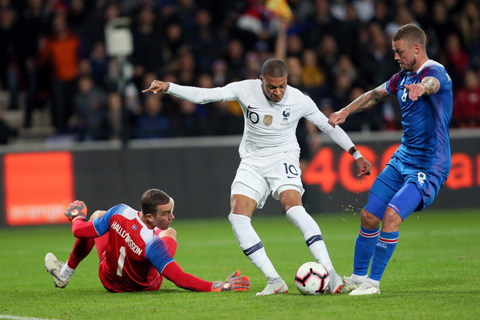Kylian Mbappé (midden) in duel met doelman Hannes Halldorsson en Ragnar Sigurdsson.