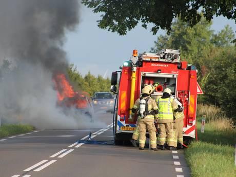 Auto door brand verwoest bij Oud-Vossemeer