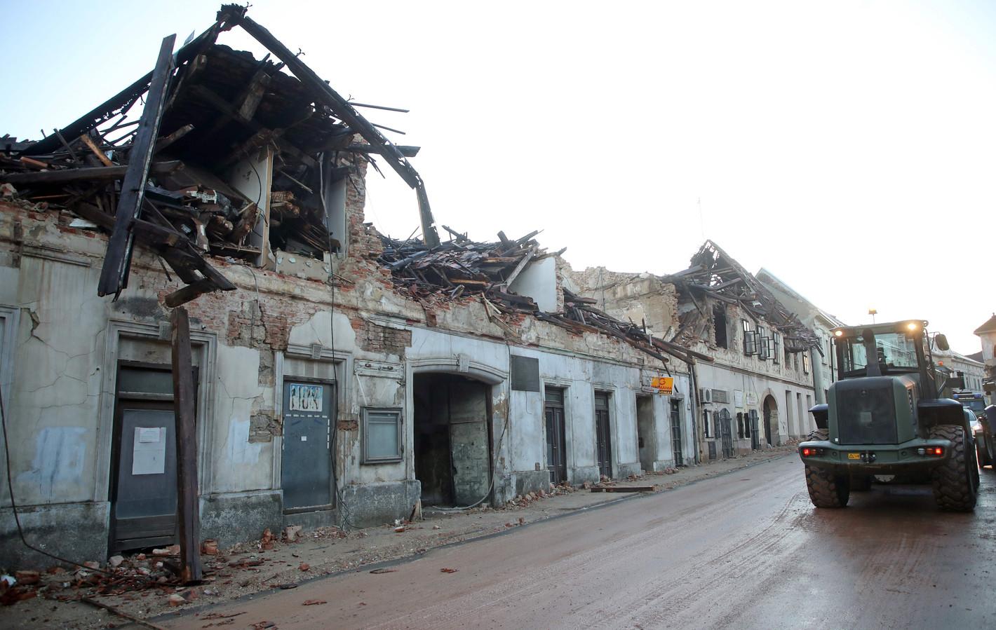 In de Kroatische stad Petrinja, waar dinsdag het epicentrum van een aardbeving met een magnitude van 6,4 plaatsvond, wordt nog steeds puin geruimd.