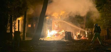 Stacaravan en schuurtje op camping in Overberg door brand verwoest, bewoonster op tijd naar buiten