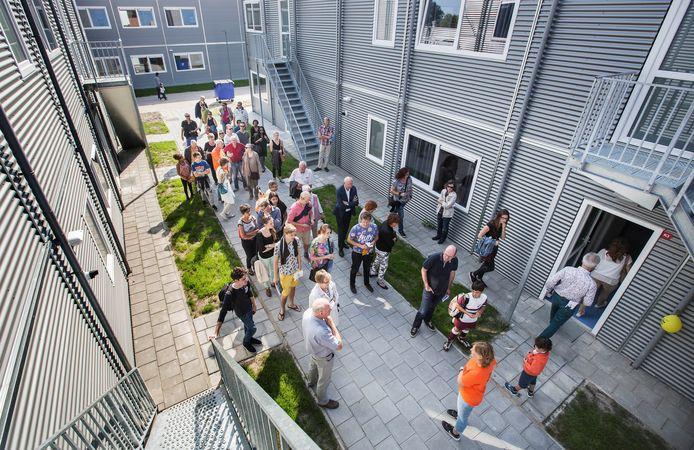 Veel mensen zijn nieuwsgierig naar het asielzoekerscentrum in Rijswijk vlak voor de opening in 2016 toen een enorme stroom vluchtelingen uit Syrië moest worden opgevangen en waarover, net als in de rest van het land, ook in Rijswijk flinke onrust was.