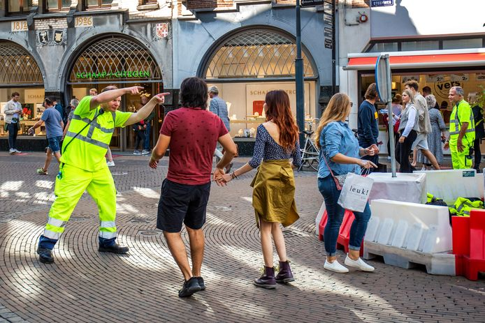 Zullen de handhavers er binnenkort weer zo bijstaan in de stad? Deze handhavers, op de Steenweg in Utrecht, wijzen de winkelende menigte op het eenrichtingsverkeer rondom de voetgangersrotonde.