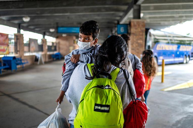 Christofer met zijn moeder Diana op het busstation in Brownsville. Zij mogen in de VS blijven.  Beeld Sergio Flores