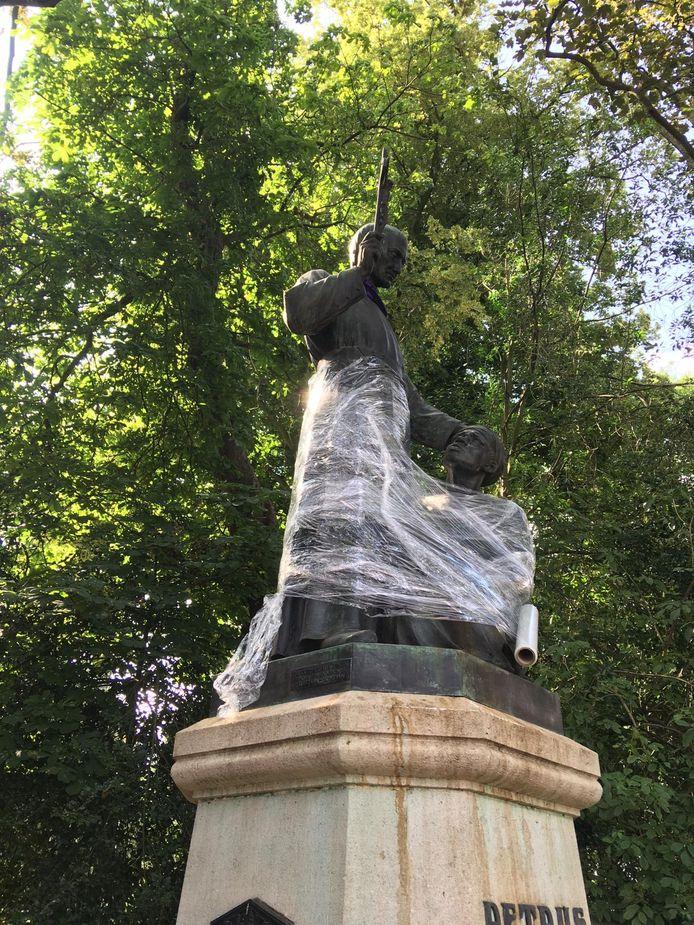 Het beeld van Peerke Donders bij het Wilhelminapark was even ingepakt met doorzichtig plastic.