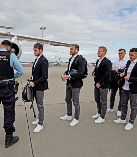 AZ met 21 man naar Belgrado