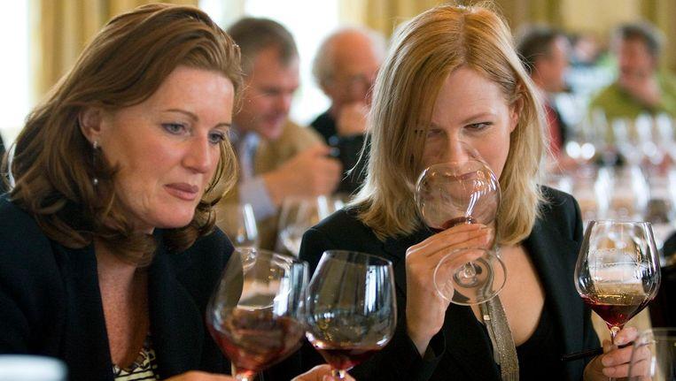 Archiefbeeld van twee vrouwen die genieten van een glas wijn tijdens een wijnproeverij. Beeld anp