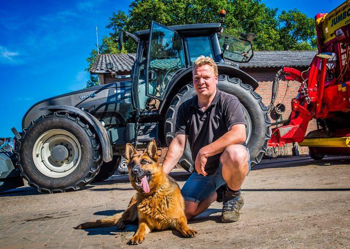 Bert Jan Roossink met een van de twee herdershonden die over het erf waken.