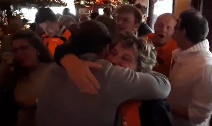 Felicitaties voor familieleden van handbalster Estavana Polman in Arnhem.