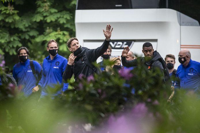 Oranjespelers bij de aankomst van het Nederlands elftal bij Hotel Bloemenbeek.