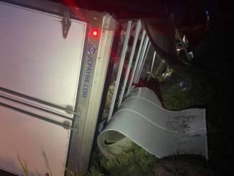 Vrachtwagen moet uitwijken voor tegenligger en crasht in de sloot