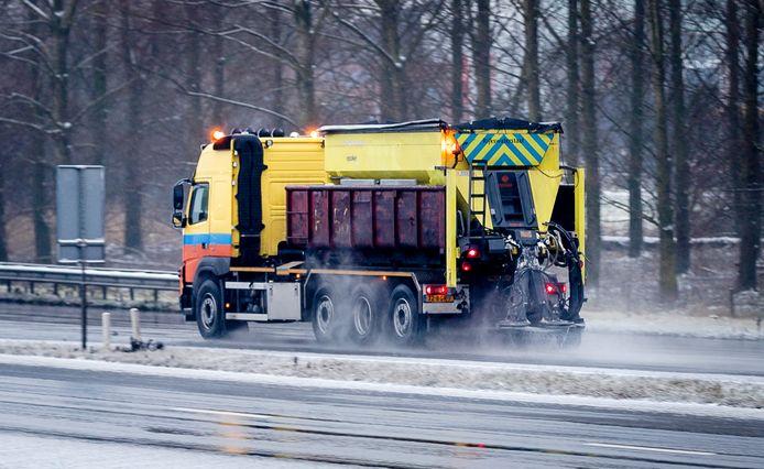 Bevriezing van natte weggedeelten maakt het glad op de Nederlandse wegen.