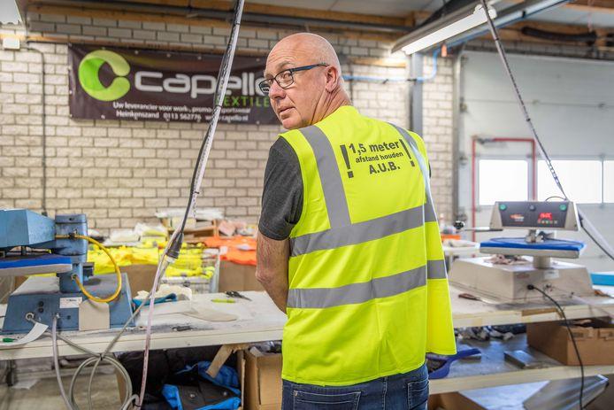 Johan Capello drukt met zijn bedrijf hesjes met de oproep om anderhalve meter afstand te houden.