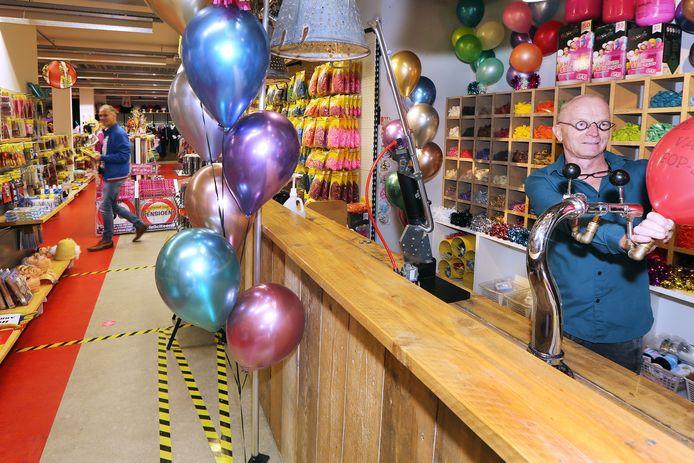 BREDA  - Toon van Beurden, eigenaar van de FopSjop aan de Boschstraat. Naast carnaval- en feestartikelen verkoopt hij ook heliumbalonnen.