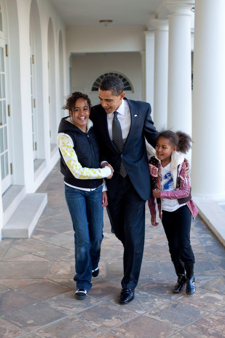 Obama loopt met zijn dochters Malia (links) en Sasha door de zuilengalerij van het Witte Huis, 5 maart 2009.  Beeld Pete Souza/het Witte Huis