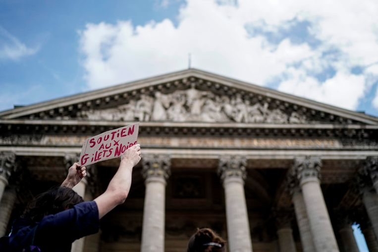 Een grote groep migranten heeft het monumentale Panthéon in Parijs bestormd en een deel enkele uren bezet gehouden. Beeld AFP