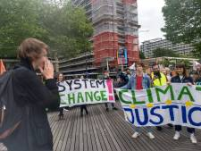 Tientallen jongeren protesteren tegen klimaatverandering: 'Jullie gaan meer van ons horen'