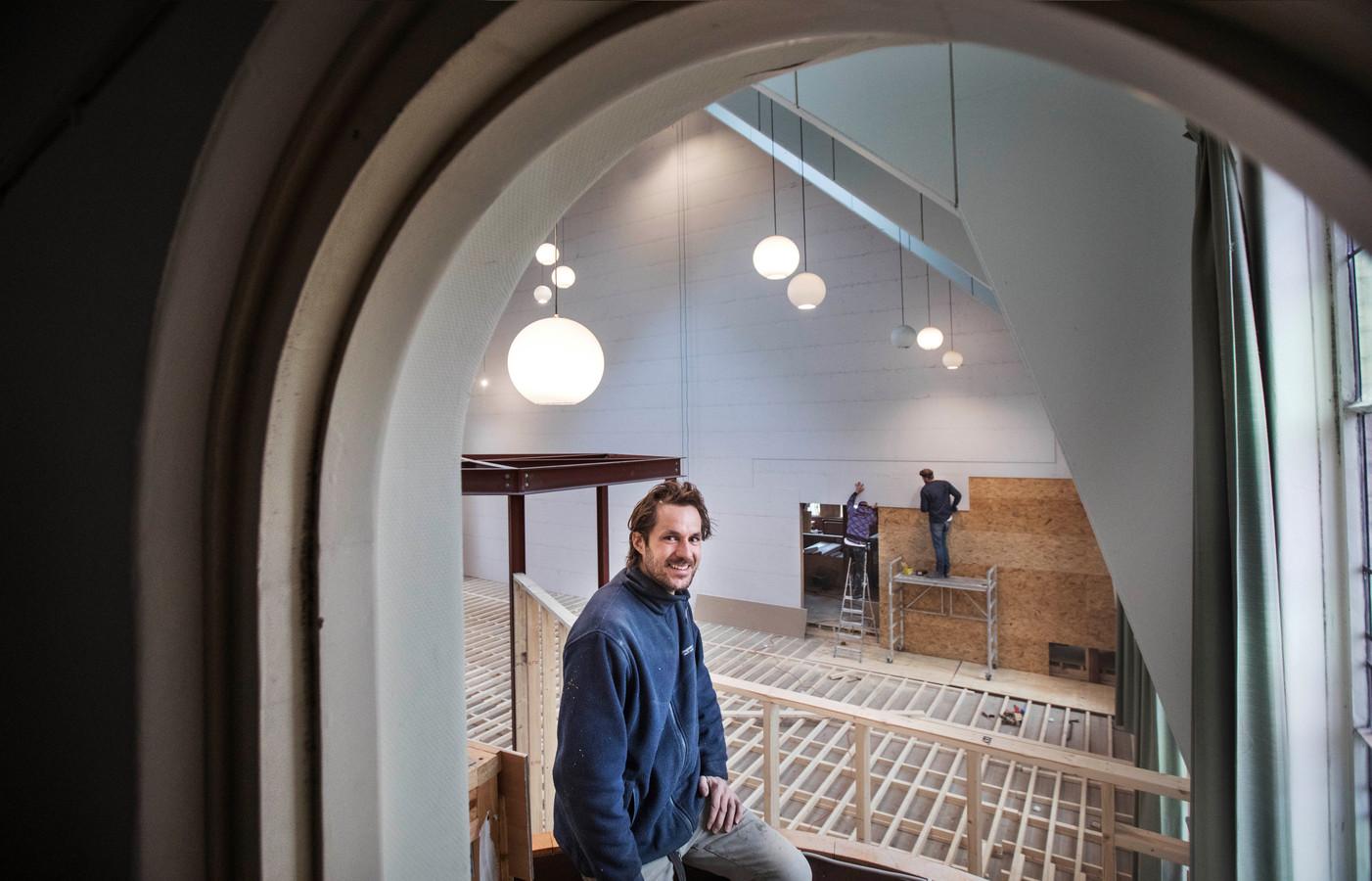 Erik Peters heeft de Jeruzalemkerk gekocht. Hij realiseert er een lunchroom, een koffiebranderij en ateliers.