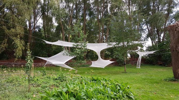 Handgebreid werk van Anneke Bakker, in de tuin van Claus Bertram