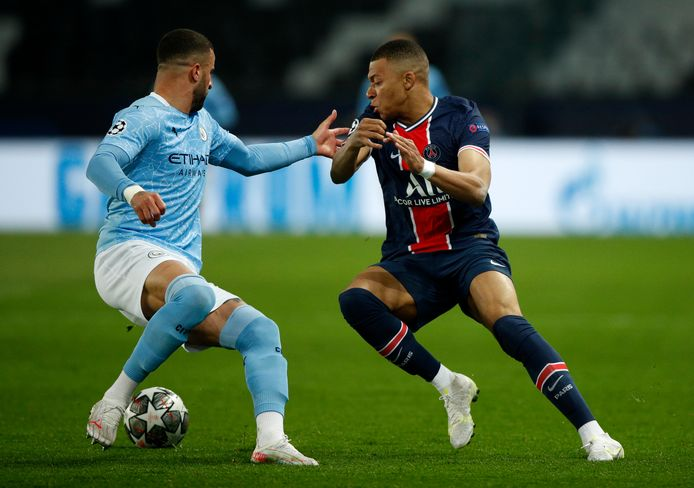Kylian Mbappe (r) in duel met City's Kyle Walker.