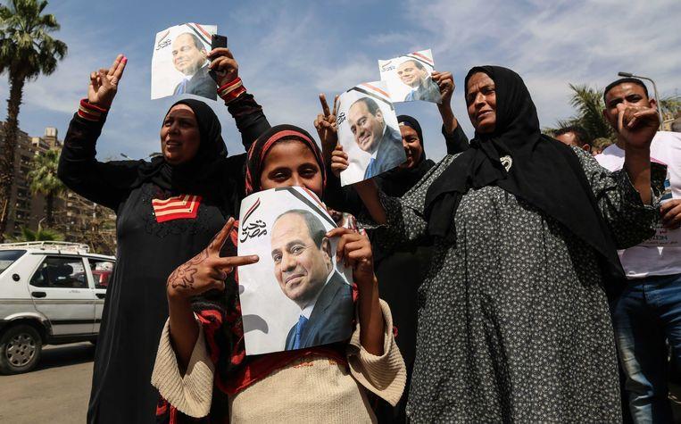 Aanhangers van president al-Sisi komen de straat op in Caïro. Beeld Photo News