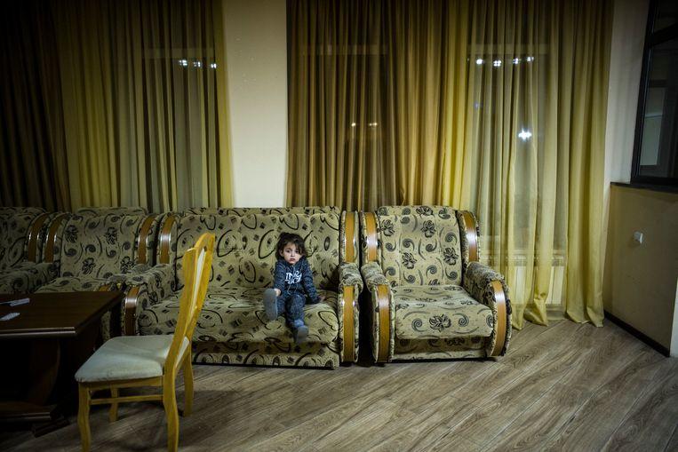 Veel families zijn op de vlucht en zoeken onderdak in hotels in toeristenstad Goris. Beeld OLIVIER PAPEGNIES
