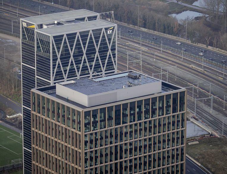 Het hoofdkantoor van het Europees Geneesmiddelenbureau EMA en het kantoor van EY Amsterdam op de Amsterdamse Zuidas.  Beeld ANP
