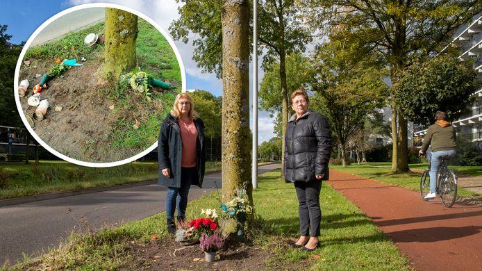 De zussen Francien Horning (rechts) en Carla van Capelleveen bij het bermmonumentje van hun verongelukte zus aan Rooseveltweg. De herdenkingsplek is al twee keer vernield.