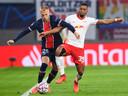 Mitchel Bakker neemt het met PSG in eigen huis op tegen RB Leipzig.